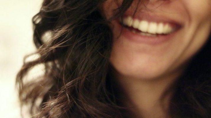 Ako zatočiť so žltými zubami, ktoré kazia náš vzhľad?