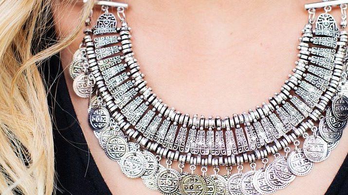 Jednoduchosť doplnená masívnym šperkom
