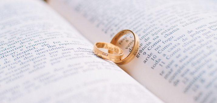 Rytie snubných prsteňov je trendom. Čo všetko si možno do prsteňa vyryť?