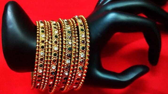 masívnymi šperkami